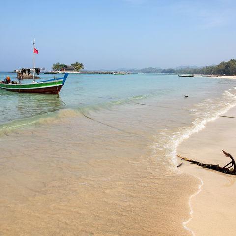 Fischerboote liegen am Strand von Ngapali, Myanmar