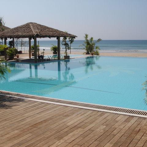 Blick auf den Pool und die Poolbar, Myanmar