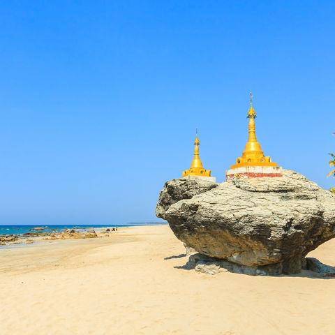 Zwei goldene Minipagoden auf Felsen am Strand von Ngwe Saung, Myanmar