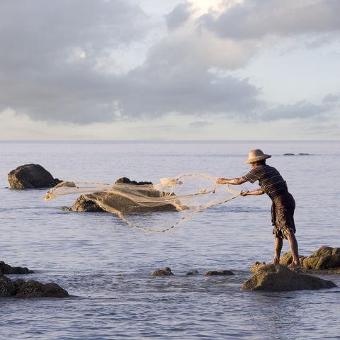 Ein Fischer am Strand in Ngwe Saung, Myanmar