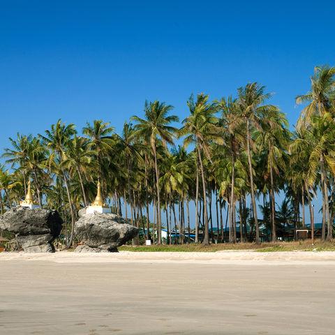 Pagoden am Strand von Ngwe Saung, Myanmar