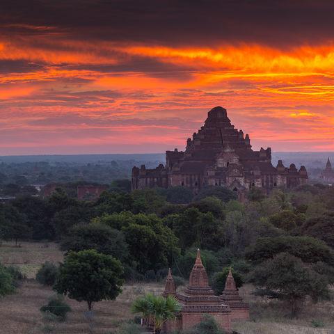 Die aufgehende Sonne taucht die Pagodenlandschaft Bagans in warme Farben, Myanmar