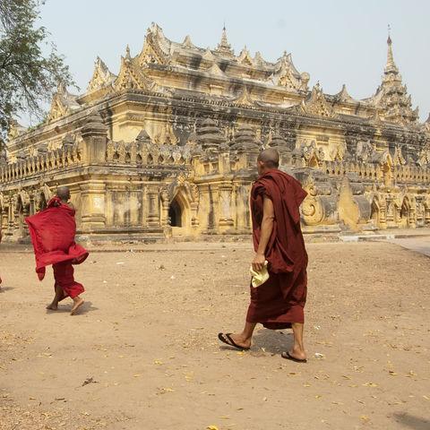 Mönche vor einem Tempel, Myanmar