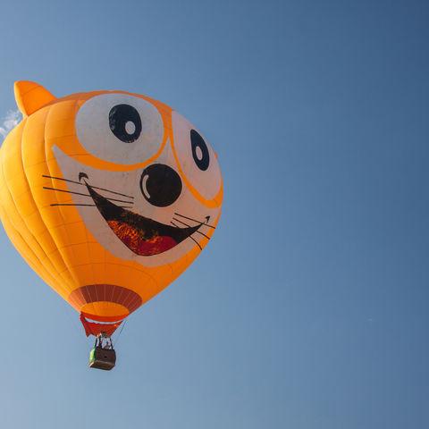 Heißluftballon im blauen Himmel © Teerapon Sooksombat, Dreamstime.com