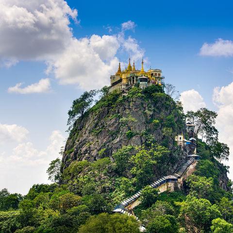 777 Stufen hinauf: Vulkankegel Taung Kalat mit der Tuyin Taung Pagode zu Füßen des Mt Popa in Zentralmyanmar, Myanmar
