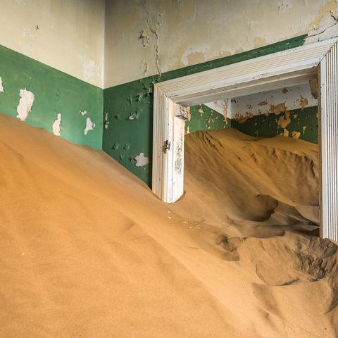 Haus voll mit Sand in der Geisterstadt Kolmanskop, Namibia