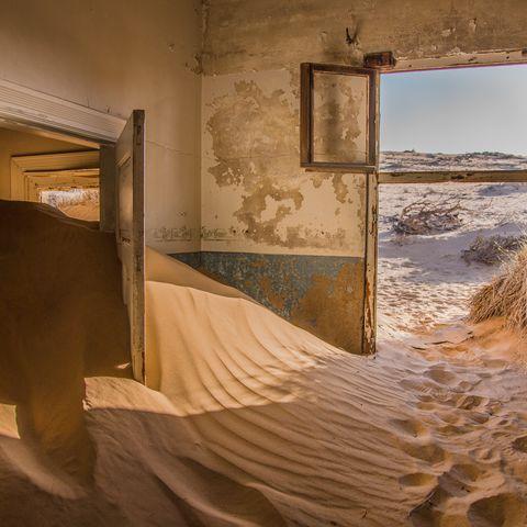 Verlassenes Haus voller Dünensand in Kolmanskop, Namibia