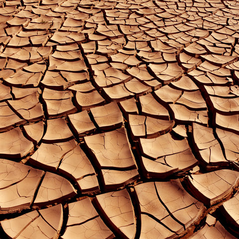 Trockener und rissiger Boden in der Namib-Wüste, Namibia