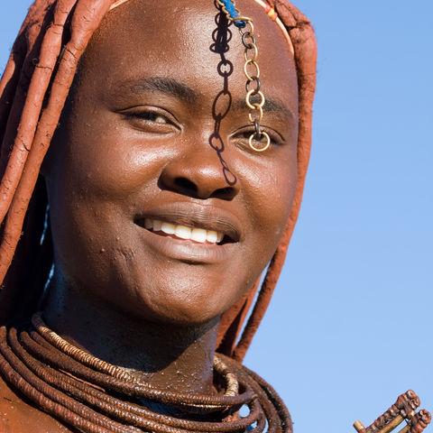 Schmuck und Haarpracht einer Himba-Frau, Namibia
