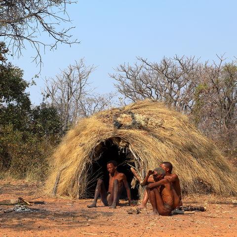 San Buschmänner vor einer traditionellen Hütte, Namibia