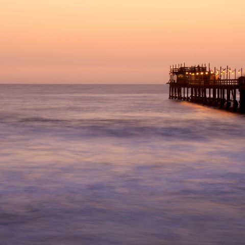 In den Atlantik ragender Pier in Swakopmund, Namibia