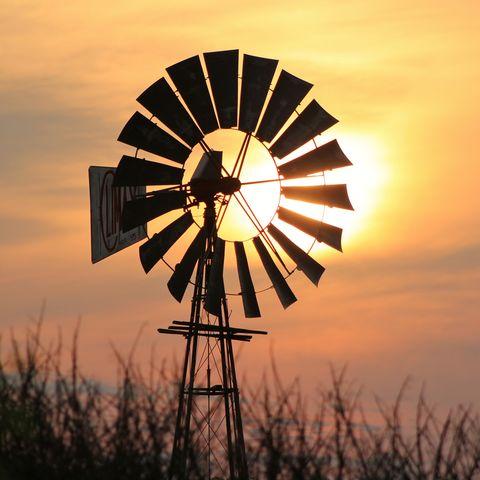 Windpumpe im Licht des Sonnenuntergangs, Namibia