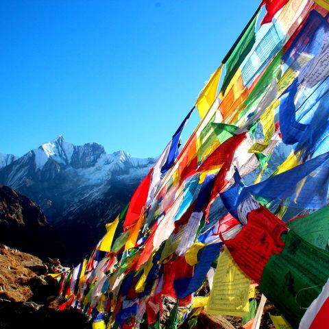Bunte Gebetsfahnen in den Bergen, Nepal