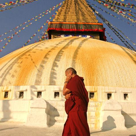 Buddhistischer Mönch vor dem Boudhanath Tempel, Nepal