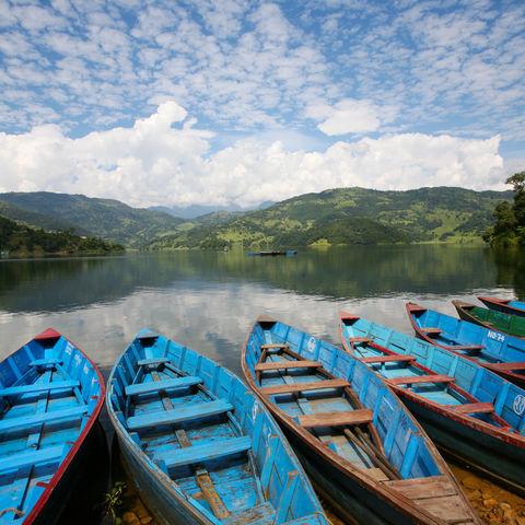 Boote auf dem Phewa See vor Pokhara, Nepal