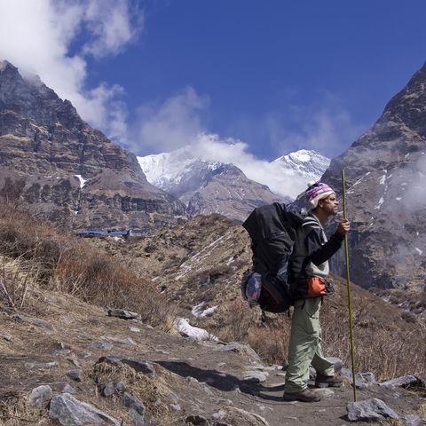 Nepalesischer Guide genießt das Panorama, Nepal