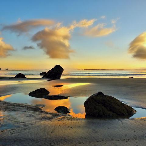 Farbenspiel beim Sonnenuntergang an der Küste, Neuseeland