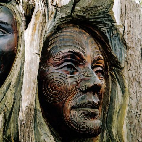 Holzkunstwerk der Maori © Gina Smith, Dreamstime.com