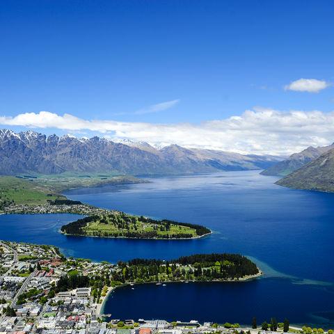 Lake Wakatipu mit Queenstown im Vordergrund, Neuseeland