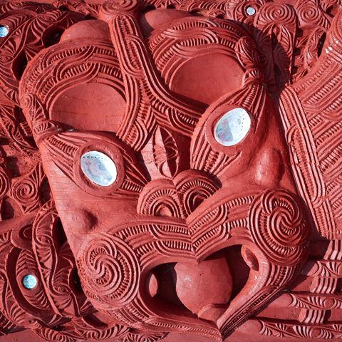 Maori-Schnitzerei in Rotorua, Neuseeland