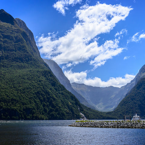 Blick auf den Milford Sound im Fjordland-Nationalpark, Neuseeland