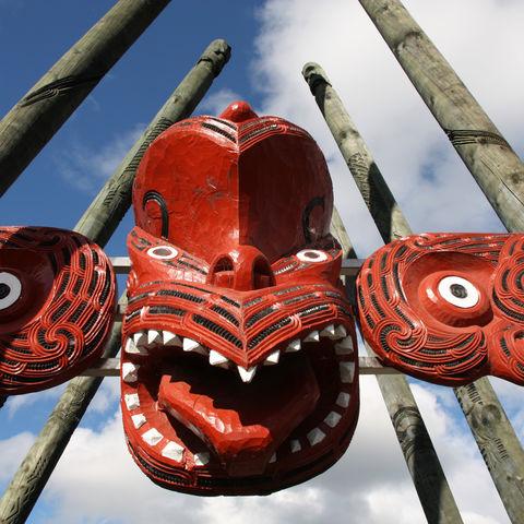 Traditionelle Maori-Schnitzereien, Neuseeland