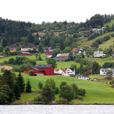 Das Dorf Hafslo am See Hafslovatn, Norwegen