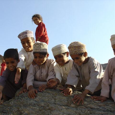 Fröhliche Kinder in traditioneller Kleidung, Oman