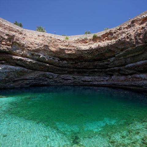 Bis auf den Meeresboden durchleuchtend: Grotte, Oman