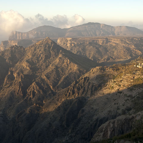 Berglandschaft des Sayq Plateau bei Sonnenaufgang, Oman