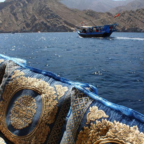 Boote in der Fjordlandschaft von Musandam, Oman