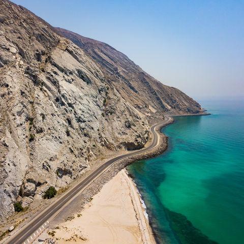 Tiefblaue See trifft auf Steilküste: Halbinsel Musandam, Oman