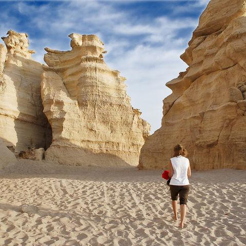 Wanderung durch Kalkstein-Riesen am Strand, Oman