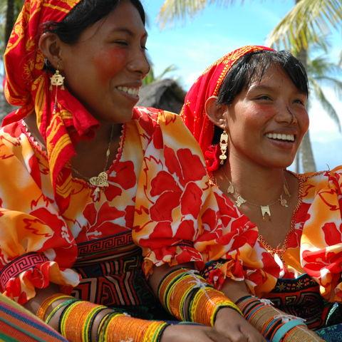 Junge indigene Panameñas in traditioneller Kleidung, Panama