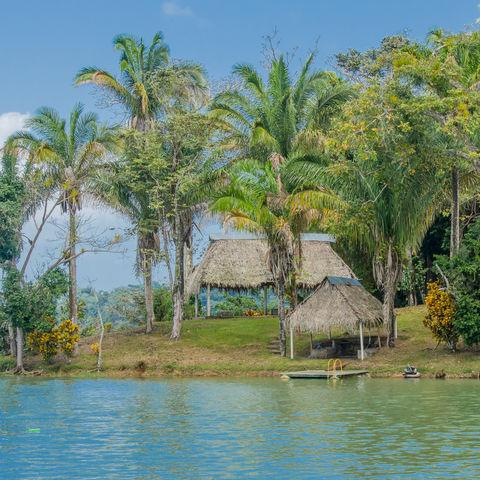 Hütten im Dschungel entlang des Panamakanals, Panama