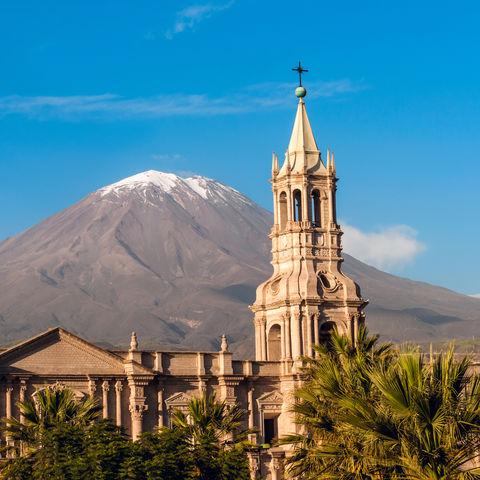El Misti Vulkan überragt die Stadt Arequipa, Peru
