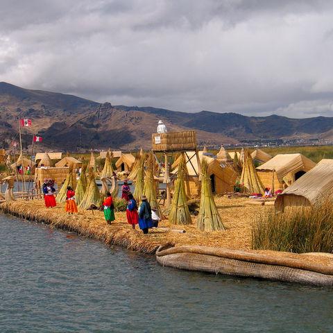 Mitten auf dem Titicacasee: die schwimmenden Schilf-Inseln der Uros, Peru