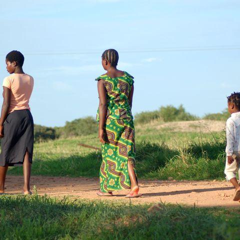 Familie auf dem Weg zur Kirche, Sambia