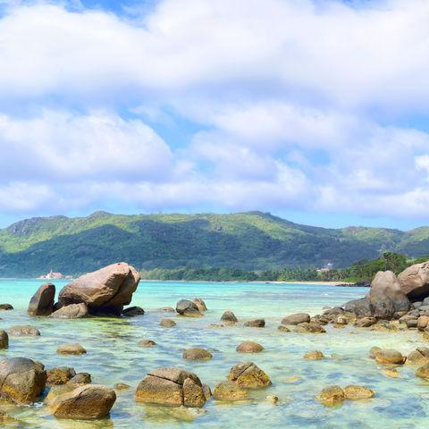 Strand auf der Insel Mahé, Seychellen