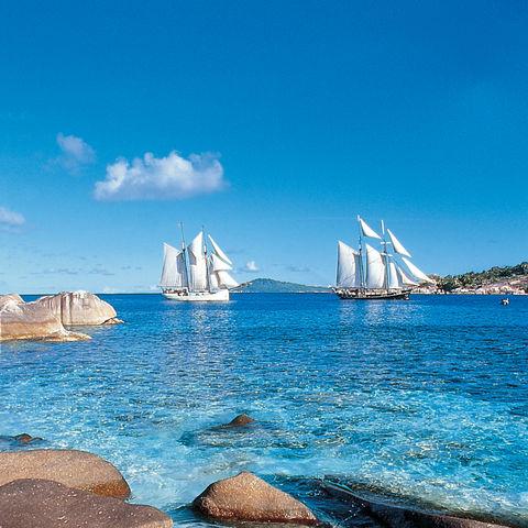 Segelschiffe auf dem glasklaren Meer, Seychellen