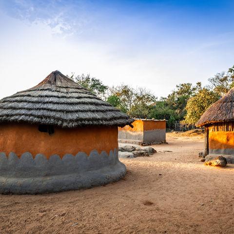 Dorf mit Hütten aus Lehm und Heu, Matobo, Simbabwe