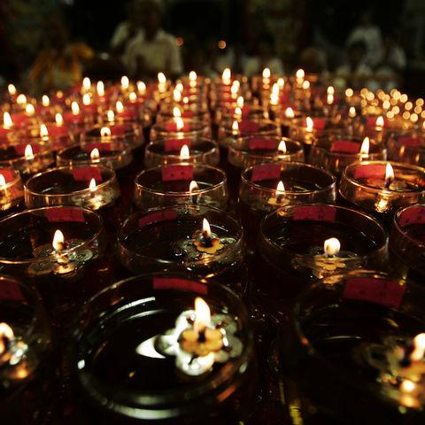 Öllampen zu Ehren Buddhas: das Vesakh Fest, Singapur