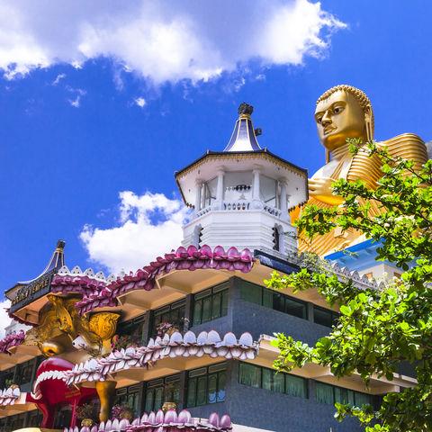 Riesig-goldene Buddhastatue in Dambulla, Sri Lanka