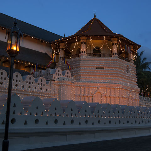 Zahntempel von Kandy bei Nacht, Sri Lanka