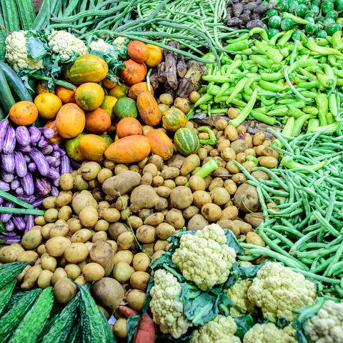 Kunterbunte Gemüseauswahl auf dem Markt, Sri Lanka