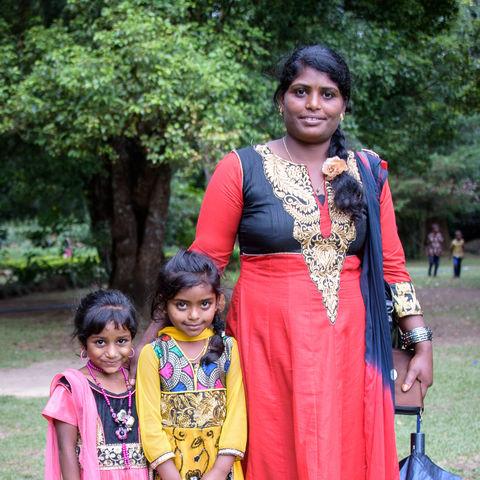 Sri Lankerin mit ihren 2 Kids, Sri Lanka