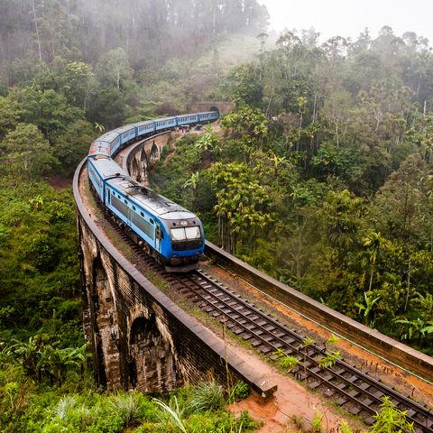Zug auf der Neun Bogen Brücke, Sri Lanka