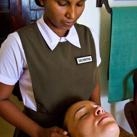 Entspannende Ayurveda-Anwendung, Sri Lanka
