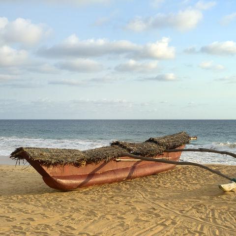 Fischerboot am Strand, Sri Lanka