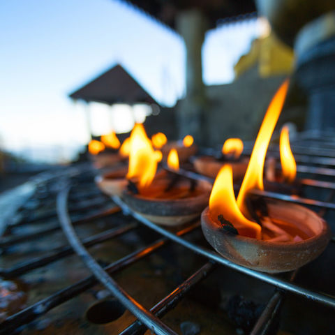 Kerzen in einem Tempel, Sri Lanka